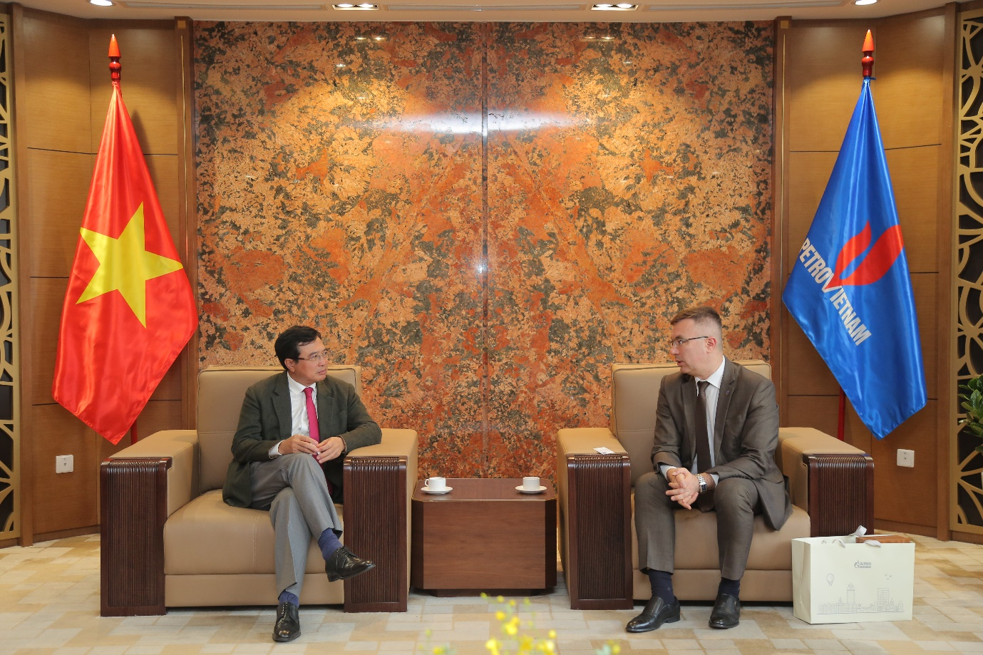 Chairman of the Board of Directors Hoang Quoc Vuong receives Vietgazprom's leader