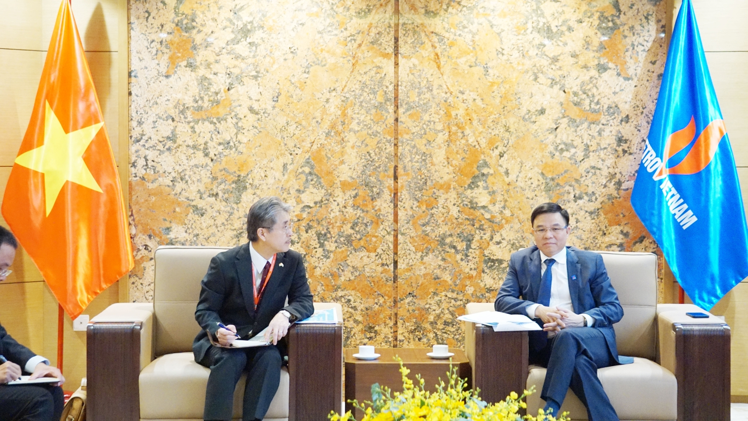 PetroVietnam President and CEO Le Manh Hung meets with General Director of Japan Vietnam Petroleum Company (JVPC)